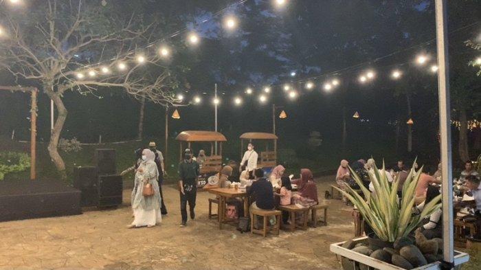 Suasana berbuka puasa di Kampung Senja Amanah Borneo Park Banjarbaru