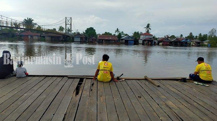 Memancing Sambil Keindahan Alam di Jembatan Gantung Banjarmasin