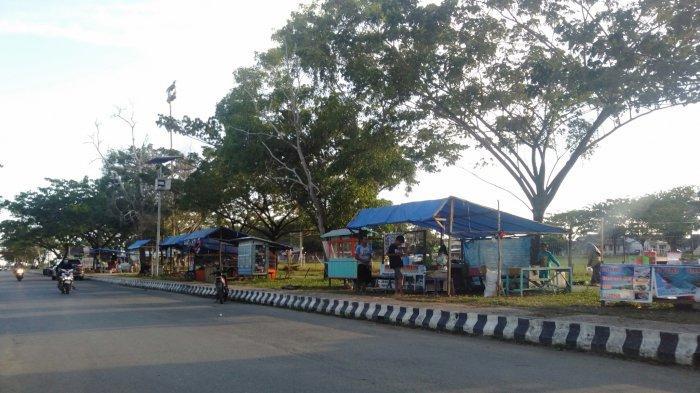 Wisata Kalsel, deret warung di Taman Lapangan 7 Februari Pagatan, Kabupaten Tanahbumbu.