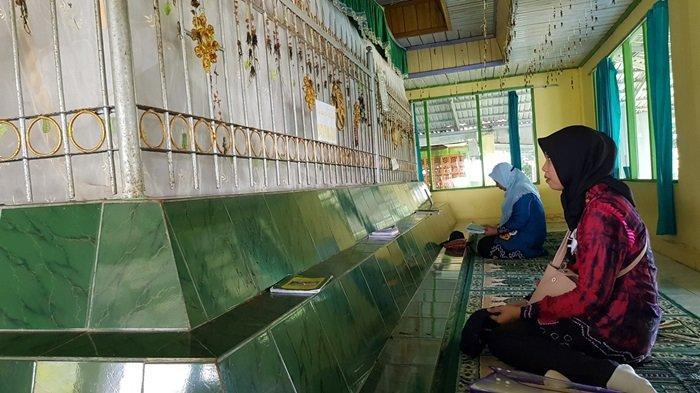 Wisata Kalsel Pulau Datu di Kabupaten Tanahlaut, Hanya Puluhan Menit Perjalanan dari Kota Pelaihari - wisata-kalsel-makam-datu-pamulutan-di-puncak-pulau-datu-kabupaten-tanahlaut-00.jpg