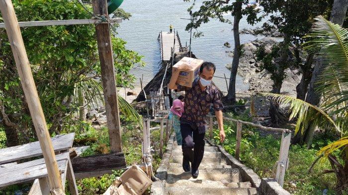 Wisata Kalsel Pulau Datu di Kabupaten Tanahlaut, Rombongan Peziarah Ada Nginap Hingga Beberapa Hari - wisata-kalsel-menapaki-dermaga-menuju-puncak-pulau-datu-desa-tanjungdewa-panyipatan-tanahlaut.jpg
