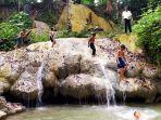 beberapa-anak-terlihat-mandi-di-objek-wisata-alam-air-terjun-sidando-desa-puyun.jpg