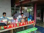 kuliner-kalsel-pelanggan-kelapa-bakar-pakde-di-jalan-raya11.jpg