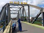 pengujung-selfie-di-atas-jembatan-kh-anang-sya-rani-arif-kh-salim-maruf.jpg