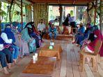 pengunjung-sedang-makan-di-rumah-alam-sungai-andai-1222.jpg