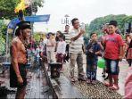 Jalan-jalan ke Menara Pandang Belum Lengkap Tanpa Menonton Aksi Telanjang Dada Kai Api