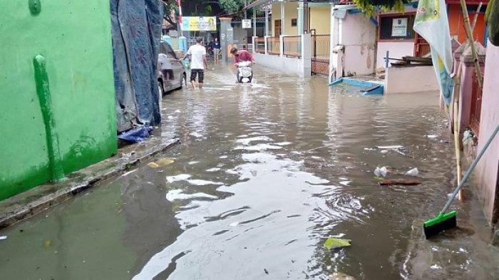Hujan lebat selama dua jam mengakibatkan 2.000 rumah terendam banjir di Kelurahan Tamansari, Kecamatan Pulomerak, Kota Cilegon, Kamis (5/8/2021).   Banjir tersebut merendam sekitar 2.000 rumah yang ada di lima RW berbeda di Kelurahan Tamansari.