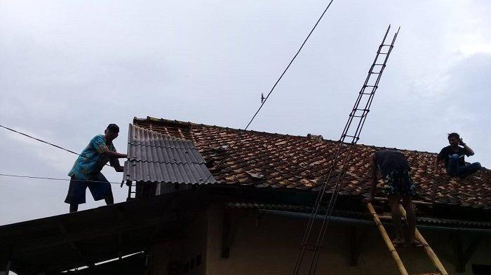 Sebanyak 50 rumah di Desa Panimbang Jaya, Kecamatan Panimbang, Kabupaten Pandeglang, Banten, rusak berat dan roboh akibat angin puting beliung, Sabtu (26/6/2021).