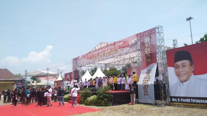 Panggung Besar untuk Petahana Ratu Tatu-Pandji di Alun-alun Sebelum Daftar ke KPU