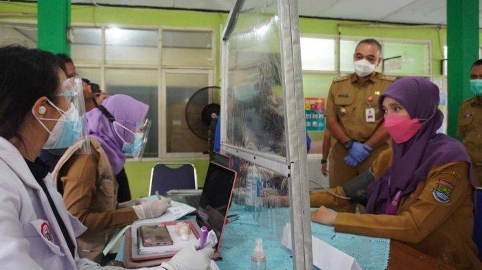 Bupati Tangerang, Ahmed Zaki Iskandar memantau proses vaksinasi Covid-19 perdana untuk tenaga kesehatan di Puskesmas Kelapa Dua, Kabupaten Tangerang, Senin (25/1/2021).