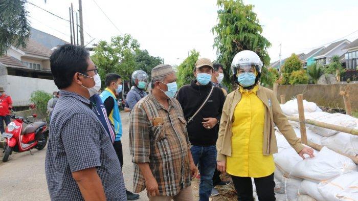 Wali Kota Tangerang Selatan Airin Rachmy Diany, tinjau banjir dibonceng sepeda motor dan pakai helm, Minggu (21/2/2021).
