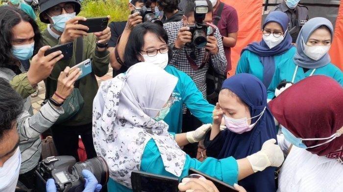 Aisyah Alissa (10), menangis usai dinyatakan sembuh dari Covid-19 dan keluar dari Rumah Lawan Covid-19 (RLC) Tangerang Selatan.