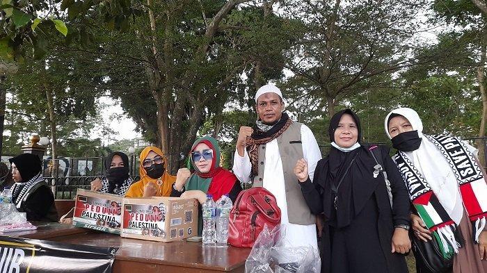 Sejumlah warga menggelar aksi solidaritas dan penggalangan dana untuk Palestina di Alun-alun Kota Serang, Banten, Jumat (21/5/2021).