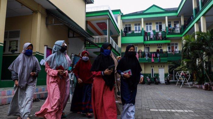 Aktivitas santri di Pondok Pesantren An Nuqthah, Kota Tangerang, Banten, Kamis (18/6/2020) setelah libur panjang akibat Covid-19. Ponpes tersebut menerapkan protokol kesehatan dan pengecekkan kesehatan bagi santri yang baru tiba.