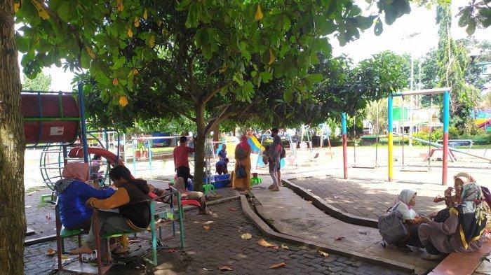 Alun-alun Pandeglang di Jalan Raya Labuan, Kabupaten Pandeglang, ramai dipadati warga pada libur Natal dan Tahun Baru (Nataru).
