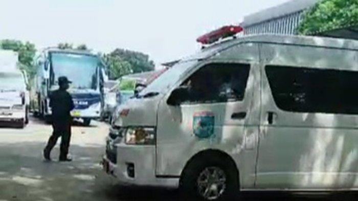 Ambulans membawa jasad Ketua Organda Tangsel dari kawasan Pengujian Kendaraan Bermotor (PKB), Dinas Perhubungan Tangsel, di Jalan Raya Serpong, Setu, Kamis (27/5/2021).
