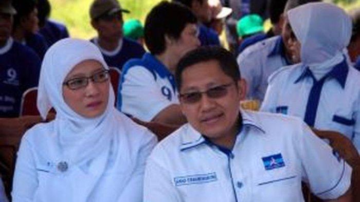 Ketua Umum Partai Demokrat, Anas Urbaningrum (kanan) didampingi oleh istri, Athiyyah Laila, hadir dalam acara penanaman pohon di Muara Baru, Penjaringan, Jakarta Utara, Minggu (10/10/2010).