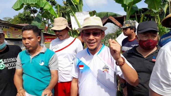 Anggota DPRD Banten Duduk di Warung, Diajak Warga Banjar Agung Berunjuk Rasa, Protes Jalan Rusak