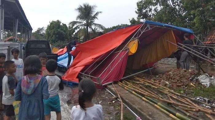 Tenda tempat berteduh warga ikut roboh diamuk angin puting beliung