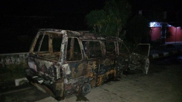 Angkot berisi enam penumpang terbakar setelah menabrak pembatas Jalan Syekh Nawawi Al-Bantani, Minggu (21/3/2021) petang.