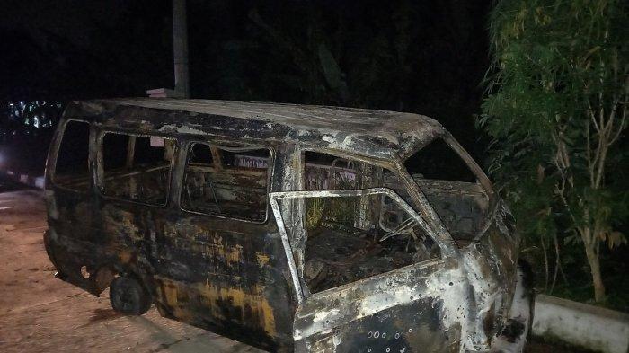 Angkot dari Pandeglang Berisi 6 Penumpang Terbakar Setelah Menabrak Pembatas Jalan di Cipocok