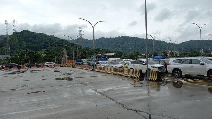 Antrean Kendaraan Pribadi Terlihat di Dermaga Eksekutif Pelabuhan Merak Sabtu ini