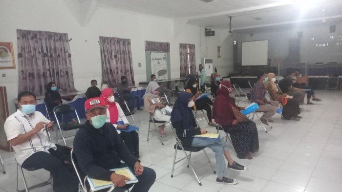 Orang tua siswa menunggu antrean di SMAN 1 Kota Cilegon untuk mendaftarkan anaknya secara offline, Rabu (23/6/2021). Pendaftaran luring karena server PPDB Banten masih terganggu.