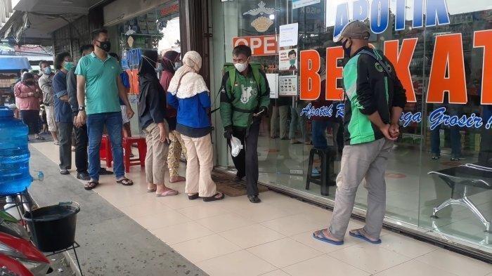 Antrean warga saat hendak membeli vitamin di Apotek Berkat dan Kawi Jaya Apotek di Jalan Siliwangi, Pamulang, Tangerang Selatan (Tangsel), pada Senin (5/7/2021).