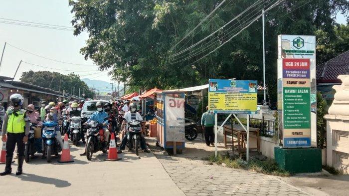 Akses menuju Pantai Anyer-Carita tertahan sejauh 5 kilometer akibat mobilisasi kendaraan yang masuk dari Jalur Lingkar Selatan, Anyer, Banten, Sabtu (15/5/2021).