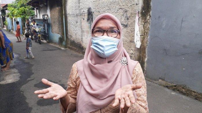 Ariani, nenek 60 tahun menjadi korban penjambretan saat momong cucu di depan rumah di Jalan Talas III, Kelurahan Pondok Cabe Ilir, Kecamatan Pamulang, Tangerang Selatan (Tangsel), Sabtu (27/2/2021) siang.