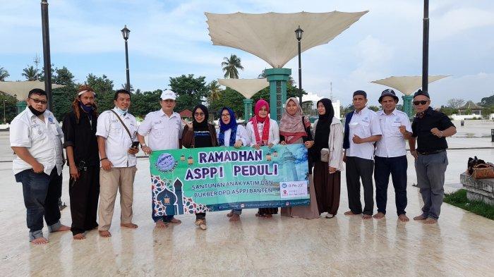 DPD Asosiasi Pelaku Pariwisata Indonesia (Asppi) memberikan santunan kepada 31 anak yatim dan buka puasa bersama di kawasan Banten Lama, Sabtu (1/5/2021).