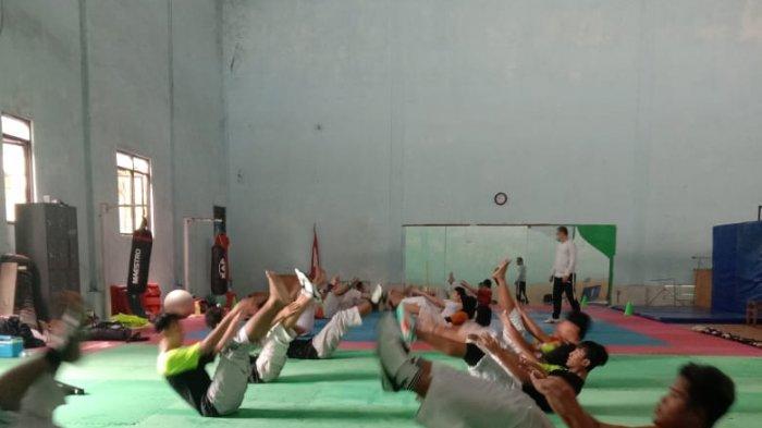 Sejumlah atlet Taekwondo Provinsi Banten mengikuti latihan persiapan PON XX Papua di Gedung Olahraga Atlet PPLP Provinsi Banten, Balai Pembinaan dan Pelatihan Olahraga Provinsi Banten, Jalan Raya Cilegon KM 04 Drangong-Serang, Sabtu (19/6/2021).