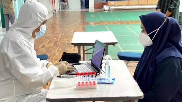 Atlet Terbang Layang asal Banten menjalani tes PCR di KONI Provinsi Banten sebelum berangkat ke Papua