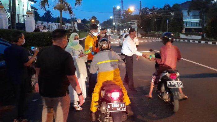 Pengadilan Negeri Pandeglang Bagikan 50 Paket Takjil Buka Puasa Untuk Pengendara