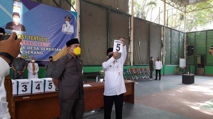 Ketua DPRD Kabupaten Serang Bahrul Ulum dan panitia saat pengambilan nomor undian seleksi tes tertulis Pilkades Serentak Kabupaten Serang.