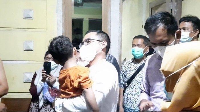 Wakil Wali Kota Tangsel, Pilar Saga Ichsan saat menggendong bocah 4 tahun korban kekerasan anak di Pondok Aren, Kota Tangerang Selatan.
