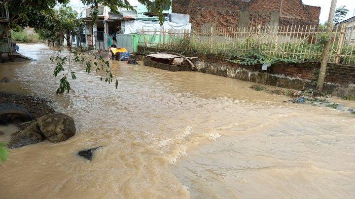 Banjir di Depan Puri Cilegon Kramatwatu, Warga: Biasanya Kalau Hujan Deras Banget