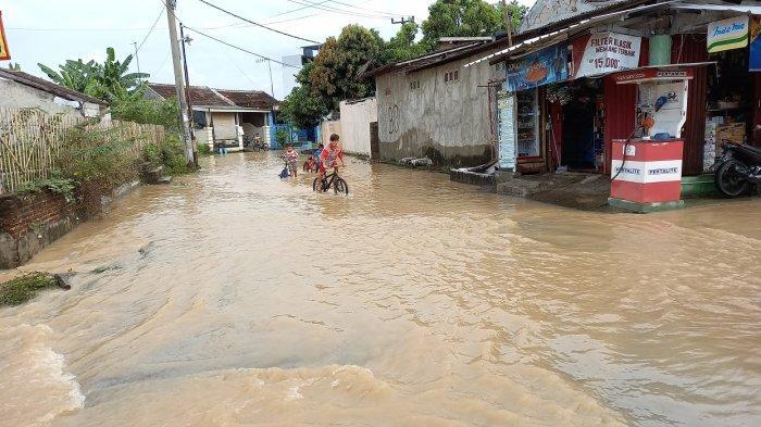 Pintu masuk perumahan Puri Cilegon banjir karena luapan air di selokan di depannya, Sabtu (3/4/2021).