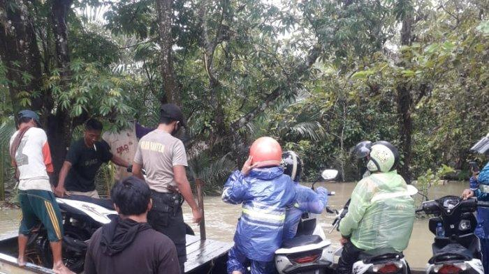 Petugas dari Polsek Pagelaran bersama aparat TNI dan warga membantu mengevakuasi warga terdampak banjir di wilayah Kecamatan Pagelaran, Pandeglang, Kamis (28/1/2021).