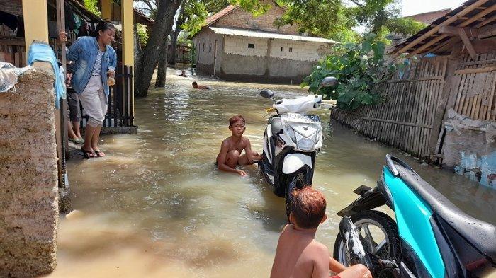 Setelah sempat tergenang air, banjir di RT 12/05, Kampung Karang Baru, Desa Tirem, Kecamatan Lebak Wangi, Kabupaten Serang, Banten mulai surut pada Minggu (21/2/2021).