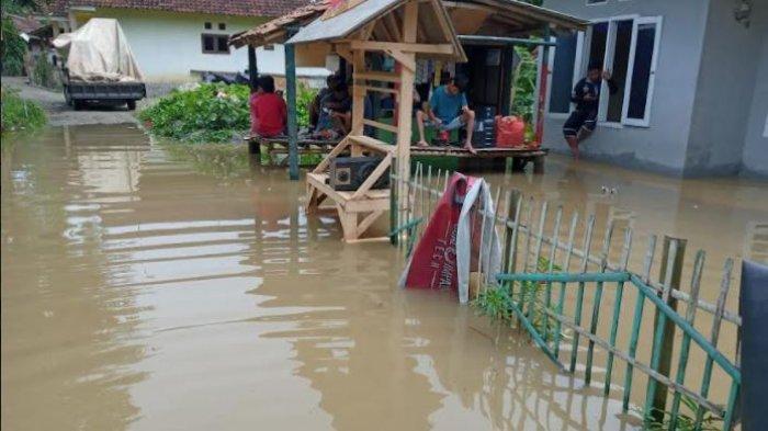 Hujan Deras Semalaman, 141 Rumah di Kabupaten Serang Terendam Banjir Hingga Setinggi 1,2 Meter