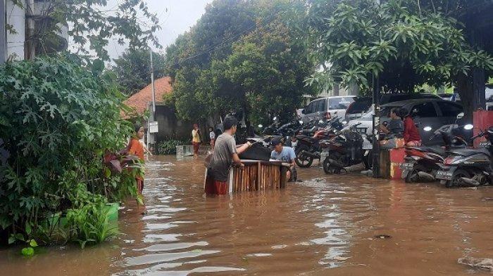 Banjir melanda permukiman Kampung Bulak, Pondok Kacang Timur, Pondok Aren, Kota Tangsel, Sabtu (20/2/2021). Banjir setinggi 2 meter merendam puluhan rumah.