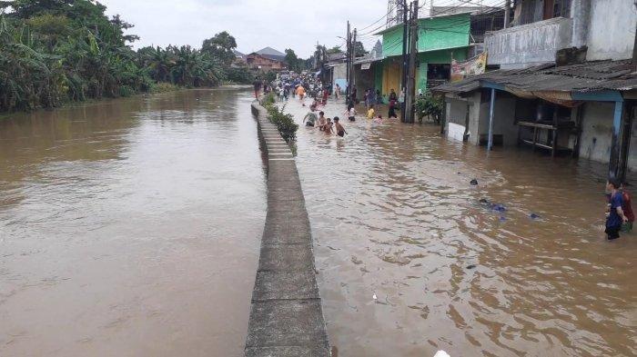 Banjir di Pondok Aren Mencapai Atap Rumah, Ratusan Warga Mengungsi ke Masjid