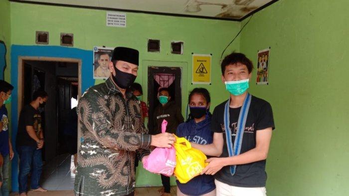 Ketua DPRD Kota Serang Berikan Bantuan kepada Mahasiswa Perantau: Kalau Habis, Saya Berikan Lagi