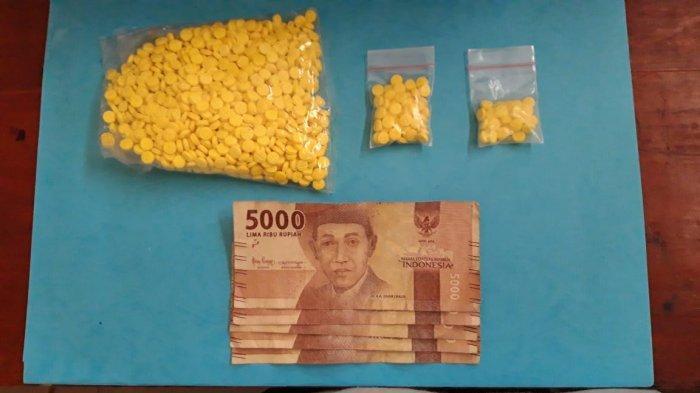 Ssatresnarkoba Polres Lebak menyita barang bukti 1.121 butir pil Hexymer dari kontrakan tersangka MF di Kampung Pasir Sukarayat, Kelurahan Muara Ciujung Timur, Kecamatan Rangkasbitung Kabupaten Lebak.