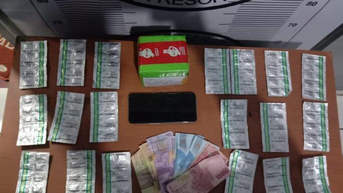 Polres Cilegon mengamankan barang bukti 200 obat keras Tramadol HCL dari tersangka pengedar berinsial RA.