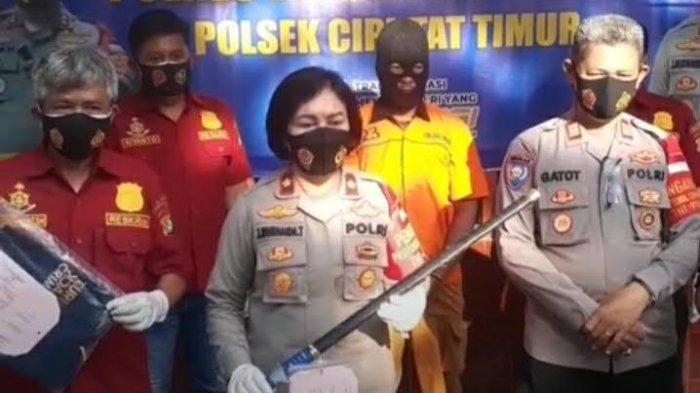 Kapolsek Ciputat Timur, Kompol Jun Nurhaida menunjukkan barang bukti pedang samurai dan tersangka kasus pengancaman kurir COD dalam konferensi pers di Mapolsek Ciputat Timur, Tangerang Selatan, Banten, Kamis (27/5/2021).