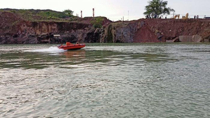 Tim Basarnas Banten melakukan pencarian korban tenggelam di danau bekas galian pasirPT Batu Buana Makmur Indonesia, Jalan Raya Anyer Km 121, Kelurahan Kepuh, Kecamatan Ciwandan, Kota Cilegon, Banten, pada Sabtu (3/4/2021).