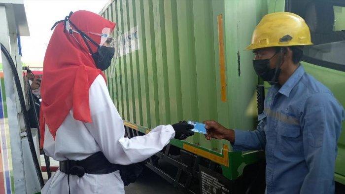Agar Subsidi Tepat Sasaran, Sopir Truk Beli BBM Solar Pakai Fuel Card