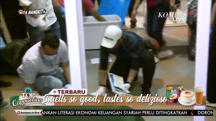 Tim Densus 88 Antiteror Polri menggeledah bekas Markas FPI, Jalan Jl. Petamburan III nomor 17, RT 02/RW 03, Petamburan, Kecamatan Tanah Abang, Jakarta Pusat, Rabu (27/4/2021), usai menangkap mantan Sekeretaris Umum FPI Munarman karena kasus dugaan terorisme.Dari penggeledahan itu petugas menemukan beberapa kaleng berisi serbuk mencurigakan, buku jihad dan pakaian.